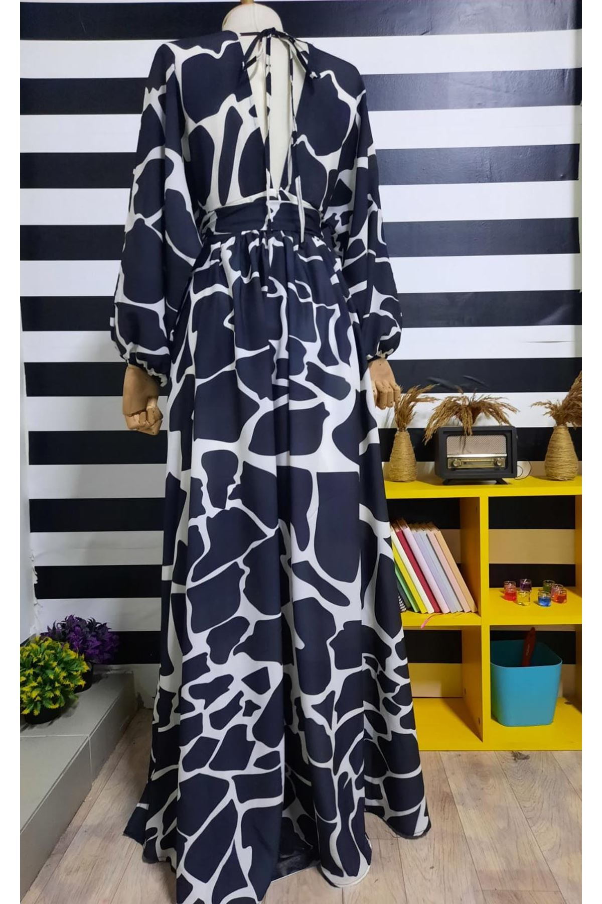 V Yaka Sırt Detaylı Elbise - SİYAH