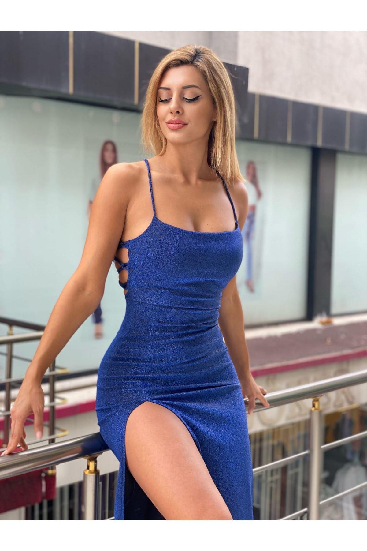 Yırtmaç Detaylı Simli Askılı Elbise - MAVİ