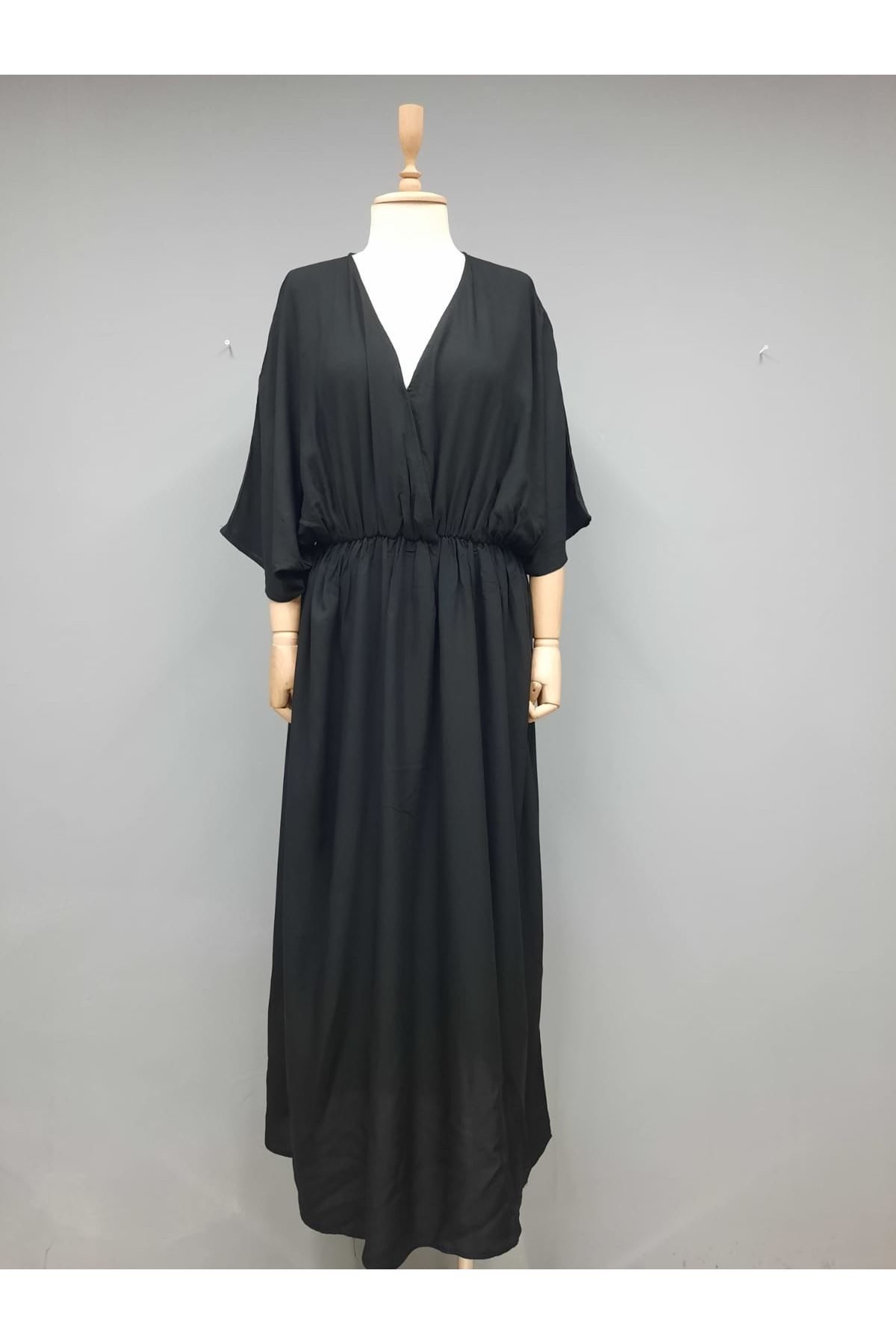 V Yaka Yırtmaç Detaylı Viskon Elbise - SİYAH